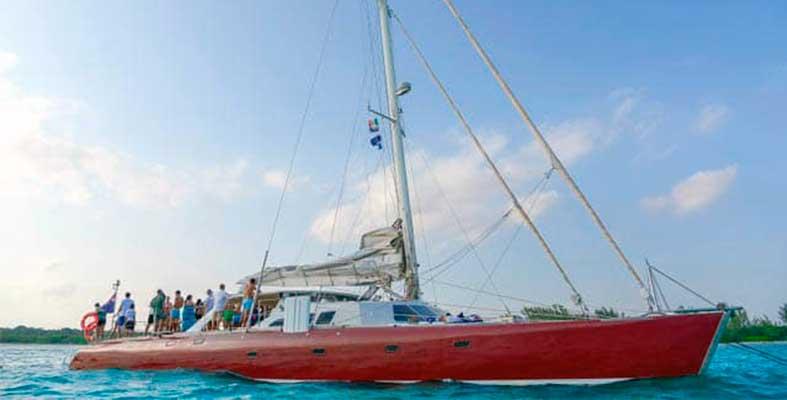 Renta-de-yates-en-cancun,-atamaran-puerto-aventuras-80-personas-charter-privado-75-pies-catamran