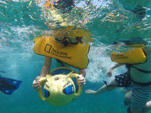 Renta de barco para grupos con juguetes acuaticos en Cancun