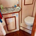 baño de principal barco para pernocta en La Paz